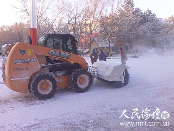 中小型扫雪车对镇区主干道路、小区道路开展积雪清扫(戴新伟 摄)-图片