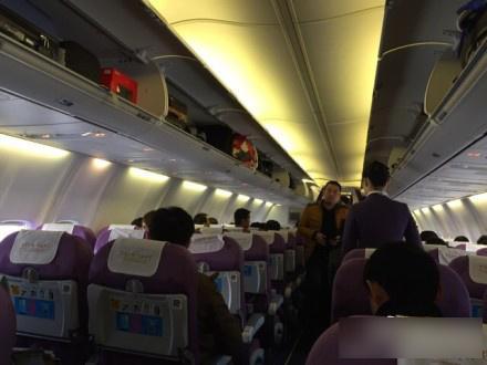 我要透气:男子在飞机起飞前打开安全门