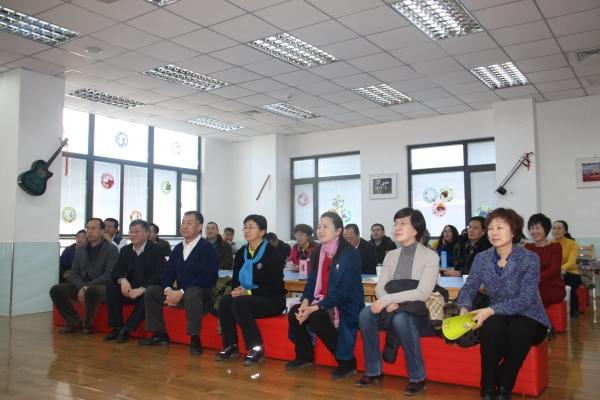 """海淀区各级领导和政协委员认真观看幼儿园发展视频 北京市海淀区西北旺镇第一实验幼儿园的管理者、克丽斯教育模式创始人李洁博士向调研组成员汇报了幼儿园的基本情况、办园理念、教师培训体系、管理制度等,展示了教师教学成果。西北旺镇第一实验幼儿园是2012年北京市政府折子工程之一,在北京市、海淀区、西北旺镇各级政府及教委的支持下,于2013年9月正式开园,幼儿园建筑面积4000余平方米,现招收幼儿280余名。作为政府惠民工程,克丽斯通过创新办园的模式,用教育回报社会的理想落地,坚持普惠性原则,以""""和&r"""