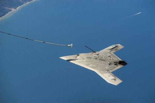 美海军X-47B无人机首次空中加油成功