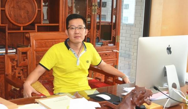 曾小华在广东品盛资产管理有限公司办公室接受采访 记者 吴礼明 摄