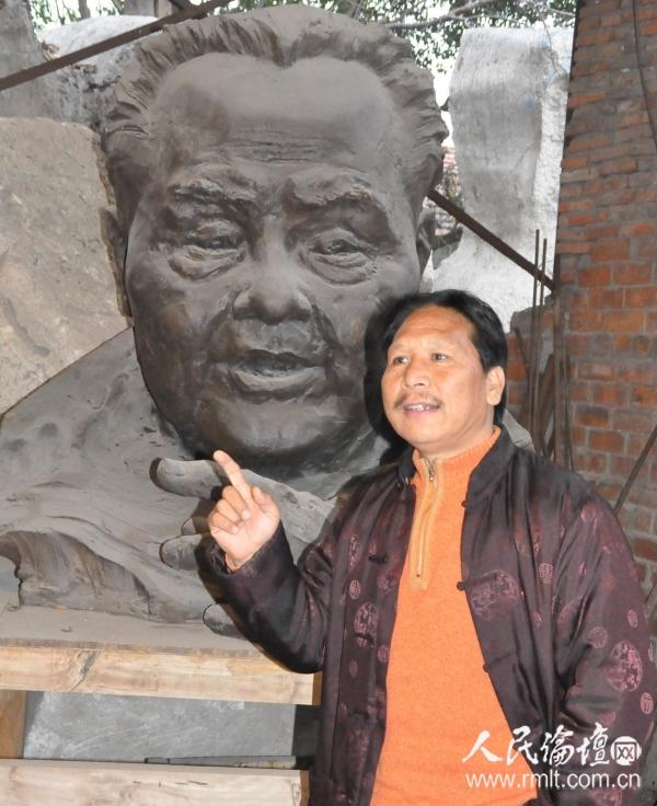 陈大鹏在邓小平雕像前向记者介绍他的创作过程  记者 吴礼明 摄_看图王_副本