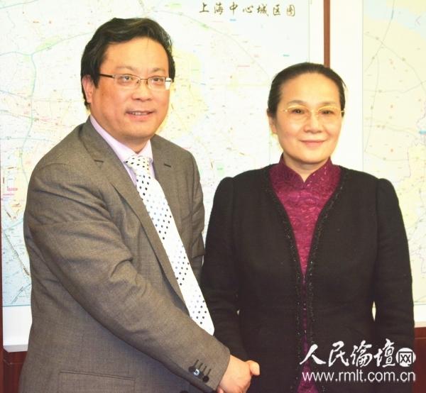 赵雯副市长(右)接受人民论坛网副总编辑吴礼明(左)釆访时合影 王洪亮 摄