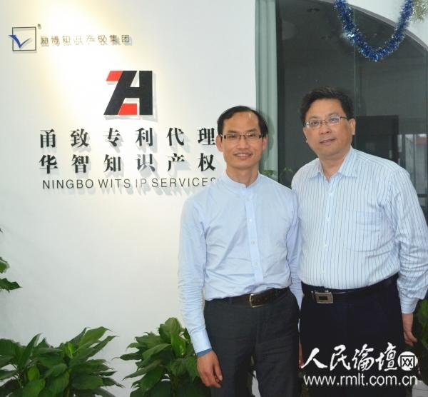 李迎春博士(左)接受人民论坛记者吴礼明博士(右)采访时留影