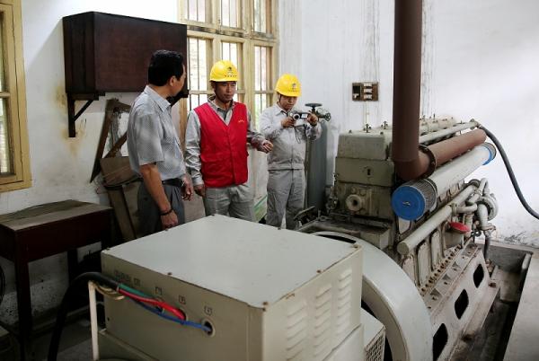 供电公司员工对衡阳市第八中学的自备应急发电机组进行隐患排查,确保设备处在健康待机状态。