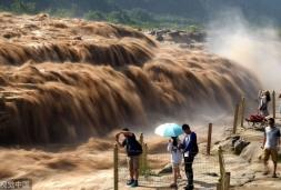 山西临汾:黄河壶口瀑布浊浪滔天 气势磅礴
