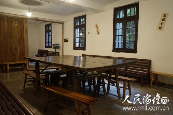 图为位于一楼的救亡室,南方局和八路军驻重庆办事处的同志们召开大会的场所。人民论坛网 张迪 摄